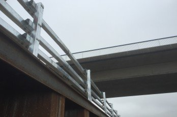 Steel Safety Railing sur la nationale N279 le long du canal Zuid-Willemsvaart
